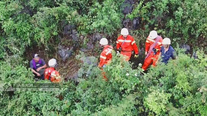 男子被困山上中暑虚脱 无人机送水营救(组图)