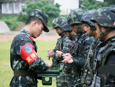 高清:武警特战官兵雨中巅峰对决