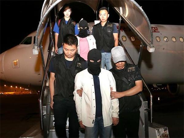警方将涉嫌非法吸收公众存款主要嫌疑人押解回国
