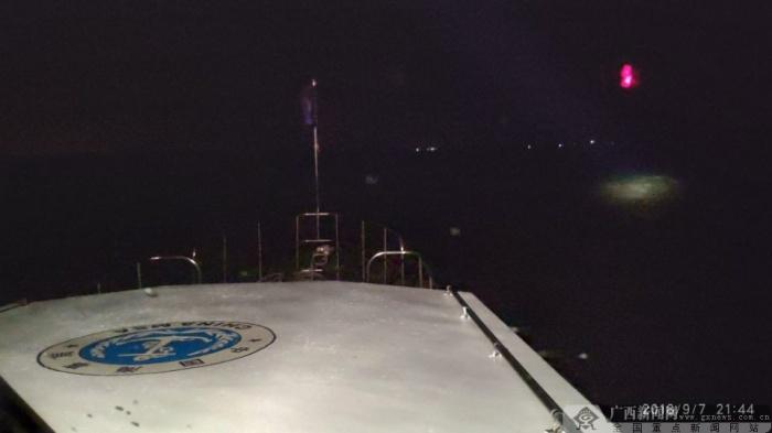 奋战8小时 钦州海上搜救中心成功救起6名落水遇险人员
