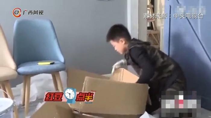 """自己的锅自己背!9岁男孩捡废品""""还债"""""""