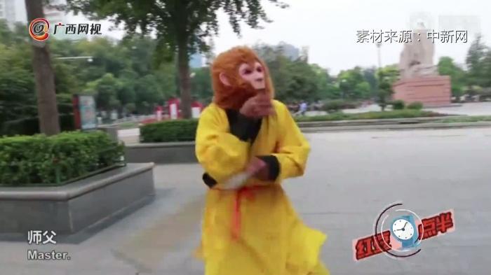 为博患病老伴一笑七旬老人每日扮美猴王