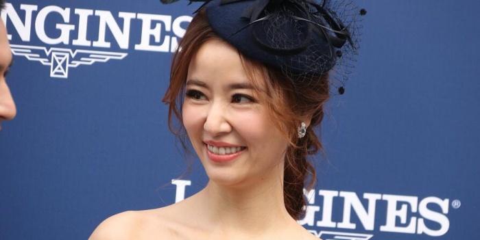 林心如戴帽子穿抹胸裙可参加皇室婚礼
