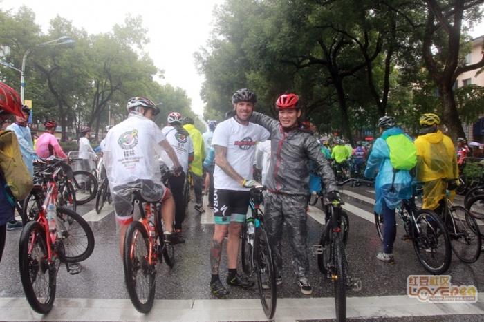 世巡赛·环广西桂林站:群众组冒雨骑行
