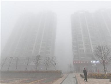 """浓雾弥漫高层楼宇被""""吞噬"""""""