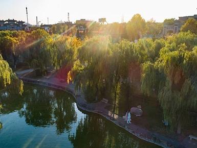 城郊荒地变身生态公园