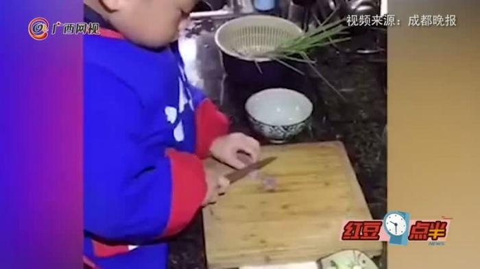 太优秀!3岁男孩做饭种花样样拿手