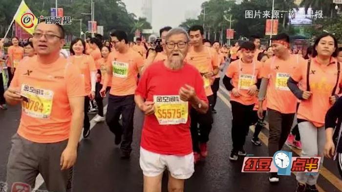 南宁国际马拉松  各类造型引围观
