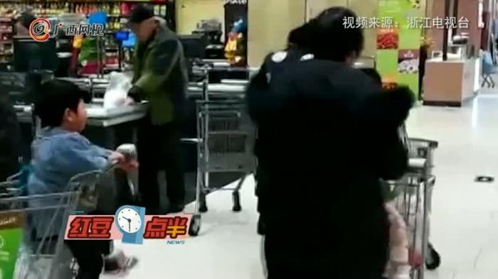 2岁宝宝坐在购物车内没人认领  真相是……