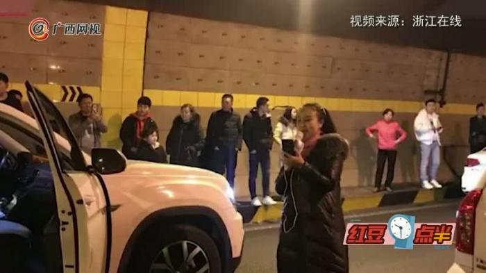 好嗨哦!春节堵车大妈邀众人嗨歌 隧道秒变KTV