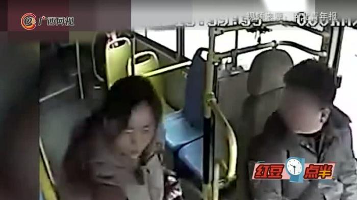 女乘客手机被偷 公交司机驾车追贼数百米