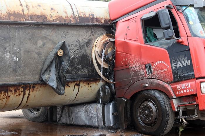 惊险!一辆槽罐车发生侧翻 液碱泄露了一地(组图)