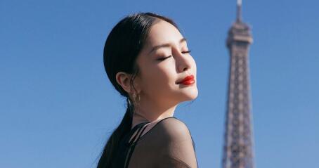 Angelababy巴黎街头恣意美丽 印花纱?#39592;?#30408;浪漫