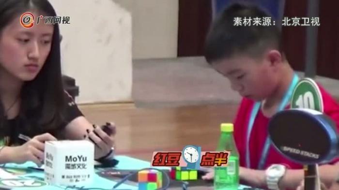 别眨眼!12岁小男孩0.89秒还原魔方破中国纪录