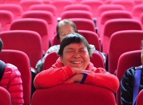 志愿者为盲友讲电影