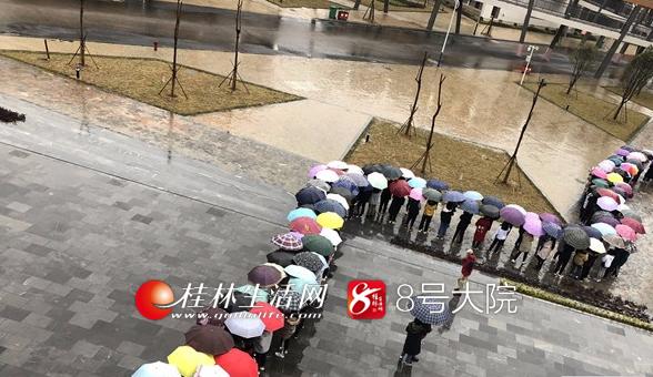 """70名桂林学生大雨中用伞撑起一座最美""""风雨桥"""""""
