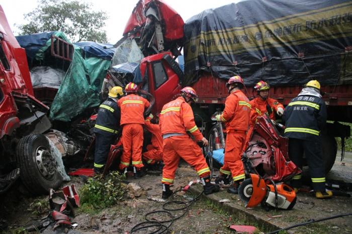 高清:平乐两辆半挂车相撞一人被困 消防紧急救援