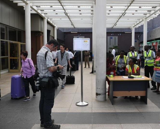 失事客机亲友在肯尼亚机场等候消息