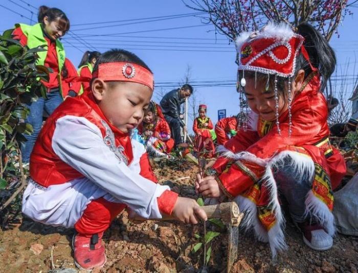 多民族儿童共迎植树节