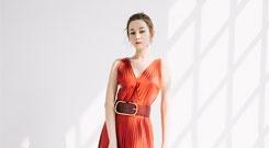 迪丽热巴红色百褶裙惊艳迷人