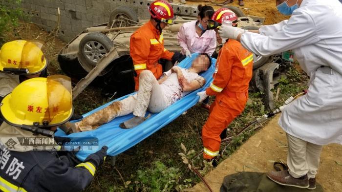 大新一轿车侧翻路边 事故致一人受伤一人死亡(图)