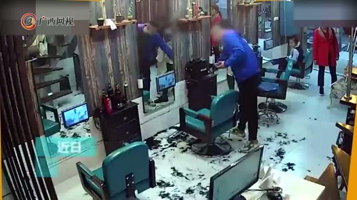 男子对新发型不满 反手就给理发师剃了个头