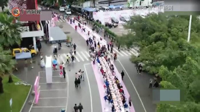 广西柳州办千米螺蛳粉长桌宴 近万人共享美食