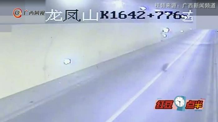 """高速隧道里货车轮胎""""跑了""""  公路上疯狂""""撒欢"""""""