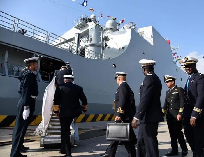 海军代表团登中国舰船参观