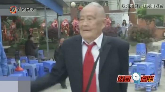 """105岁老人魔性舞蹈走红  真实上演""""老顽童"""""""
