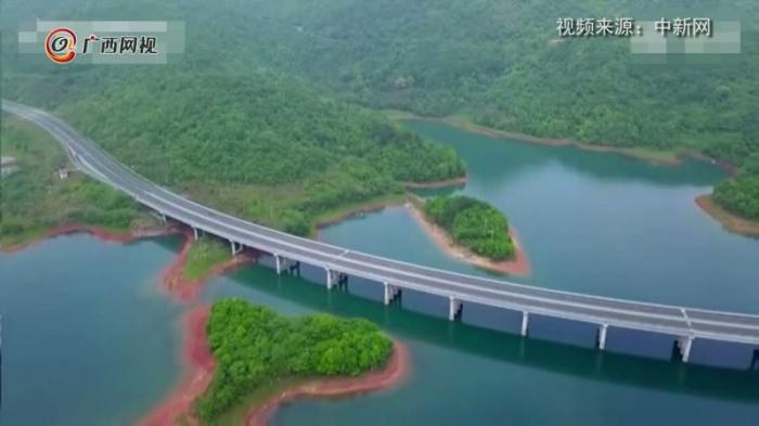 最美水上高速路 車在畫中游