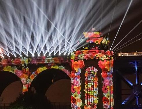 武汉:大规模灯光秀上演