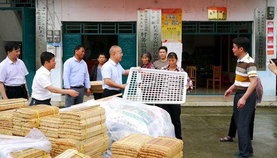 环江:县委书记肯定气象局扶贫工作