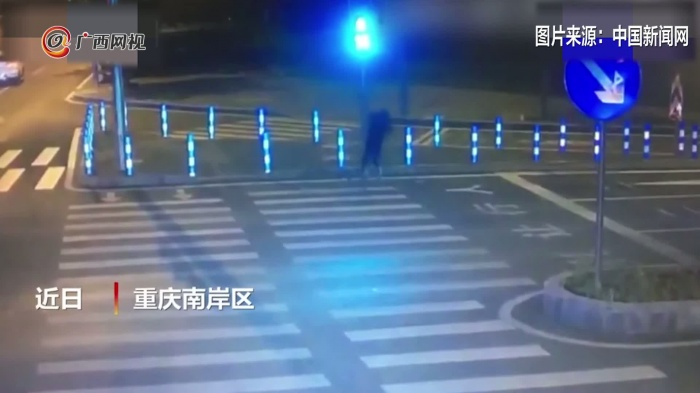 男子求爱不成 一路砸了8个红绿灯