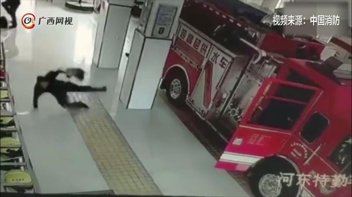 地太滑!消防队员出警4人同一位?#30431;?#20498; 网友:滑倒也帅