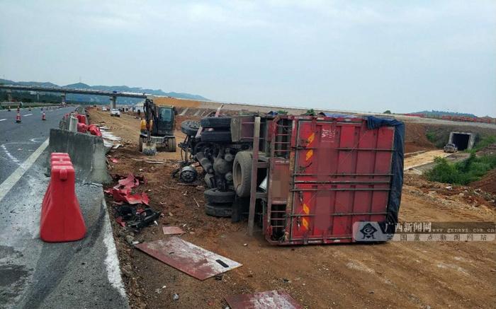 惊险!一辆运输小龙虾的货车在泉南高速侧翻(图)