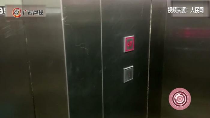 """重庆现""""魔幻""""电梯 按键只有1楼和47楼"""