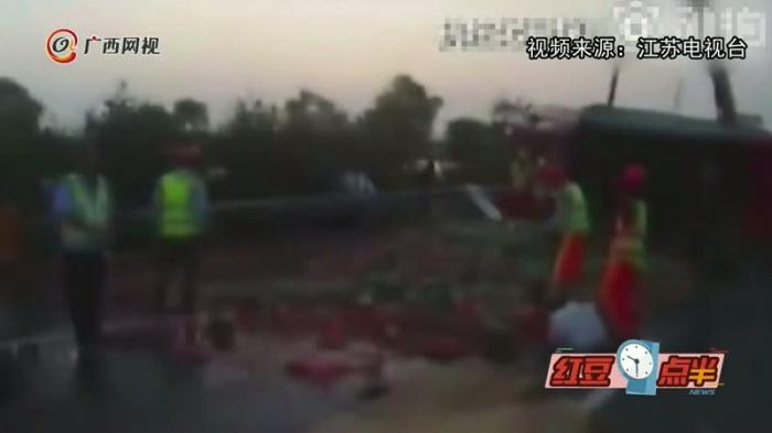 吃货心痛!7吨西瓜高速路上碎了一地