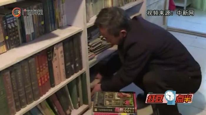 六旬老人拾荒二十载办图书馆 藏书达十万余册