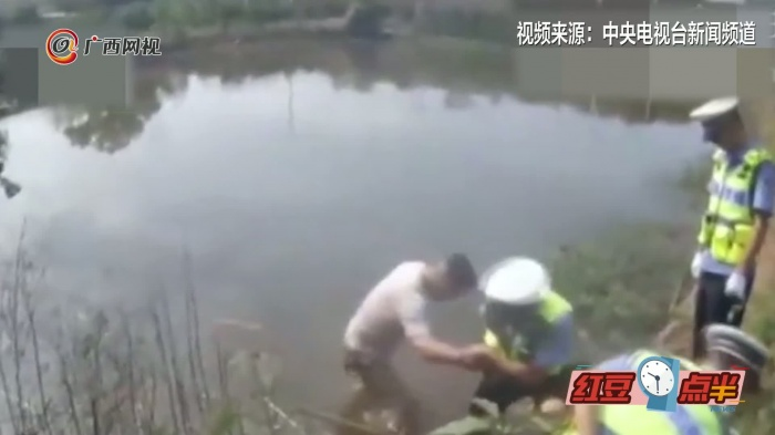 男子酒驾被查跳进水塘 想通过喝水稀释酒精