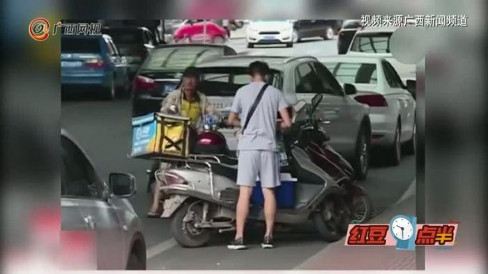 """""""网红""""外卖小哥又火了  自掏腰包给盗窃者买饭"""