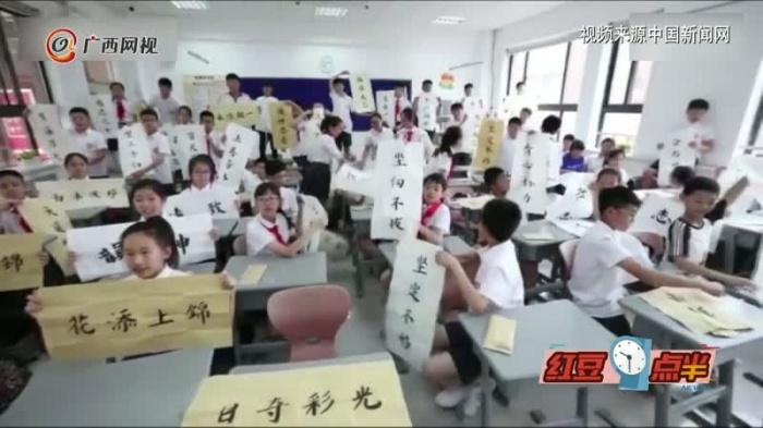 小暖男!小學生畢業寫70幅書法送同學