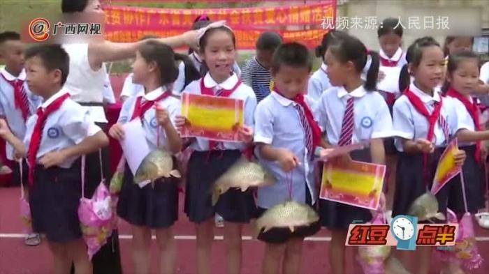 超实在£¡小学奖励优秀学生2斤活鲤鱼