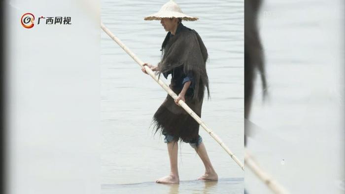 男子仅用一根毛竹就能渡江