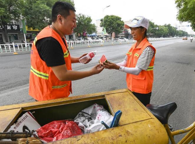河北香河:为环卫工人送清凉