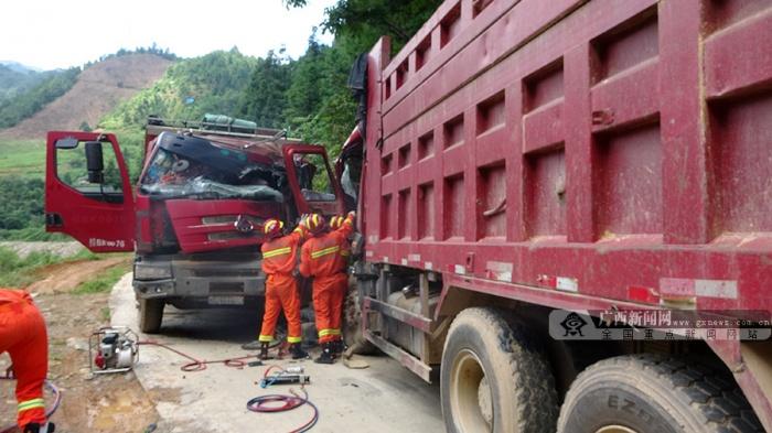 """两辆货车""""碰头""""严重变形 消防紧急救出被困司机"""