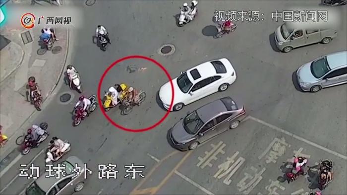 八旬老人被車刮碰倒地反退賠償款