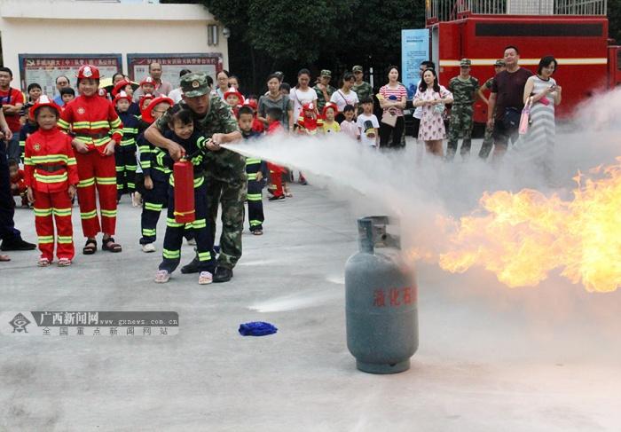 """罗城:小朋友走进消防营区 当上了""""消防员"""""""