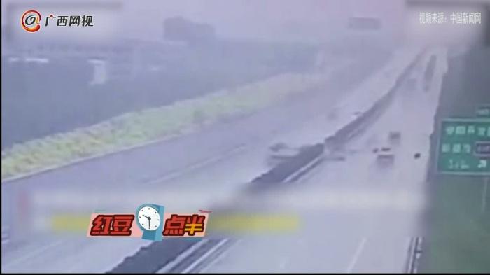 兩車相撞后另一車憑空消失 監控拍下詭異一幕