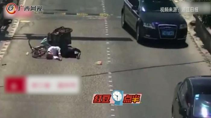 大爷摔倒受伤 温州这两位司机的举动太暖了